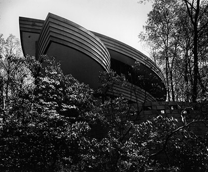 A black-and-white picture of the house of Robert Llewelyn Wright with its intersecting and concentric segments of circles.